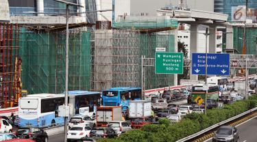 Pemandangan proyek pembangunan Light Rail Transit (LRT) koridor Cibubur-Cawang di Jakarta, Rabu (5/12). Pembangunan LRT tersebut ditargetkan rampung pada 2019. (Liputan6.com/JohanTallo)
