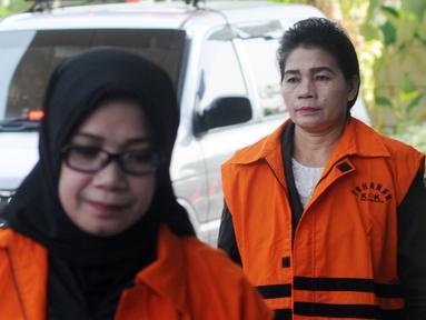 Tersangka anggota DPR Komisi VII Eni Saragih (depan) dan Hakim Adhoc Tipokor PN Medan Merry Purba akan menjalani pemeriksaan di Gedung KPK, Jakarta, Rabu (5/9). Eni diduga menerima suap proyek pembangunan PLTU Riau-1. (Merdeka.com/Dwi Narwoko)