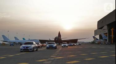 Deretan mobil BMW M2 menghiasi First Class Flying Experience dalam program penjualan inovatif dari THE NEW 7 dan peluncuran Pesawat Garuda Indonesia Airbus 330-900 neo di Bandara Soetta Tangerang, (27/11/2019). (Liputan6.com/HO/Ismail)