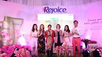 P&G mempersembahkan shampo parfum pertama dari Rejoice Indonesia