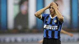 Striker Inter Milan, Alexis Sanchez, tampak kecewa usai gagal mengalahkan Fiorentina pada laga Serie A di Stadion di Giuseppe Meazza, Rabu (22/7/2020). Kedua tim bermain imbang 0-0. (AP Photo/Luca Bruno)