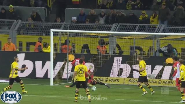 Borussia Dortmund ditahan seri 1-1 oleh Augsburg yang membuat mereka gagal memanfaatkan kesempatan untuk menjaga posisi. Marco Reu...