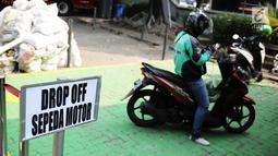 Pengemudi ojek online menunggu penumpang di tempat drop off yang disediakan di Balai Kota DKI Jakarta, Selasa (31/7). Pengemudi ojek online harus menempati area tersebut saat menunggu penumpang. (Liputan.com/Faizal Fanani)