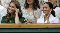 Kate Middleton dan Meghan Markle saat hadir di final Wimbledon. (Ben Curtis / POOL / AFP)