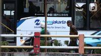 Warga berjalan di trotoar kawasan Jalan HR Rasuna Said, Jakarta, Rabu (8/7/2020). Wabah Covid-19 memengaruhi kondisi kesejahteraan masyarakat dan pertumbuhan ekonomi Indonesia pada tahun 2020 yang diproyeksikan -0,4 sampai dengan 1,0 persen. (Liputan6.com/Helmi Fithriansyah}