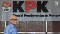 Mantan Menko Bidang Perekonomian Dorodjatun Kuntjoro usai pemeriksaan di Gedung KPK, Jakarta, Rabu (21/2). Sebelumnya, KPK telah menetapkan Syafruddin Arsad tersangka dugaan korupsi penerbitan SKL BLBI pada 25 April 2017. (Liputan6.com/Herman Zakharia)