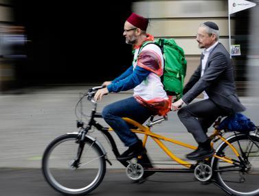 Imam dan Rabi Boncengan Naik Sepeda di Berlin