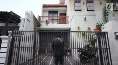 Pewarta melihat-lihat kondisi rumah Wakil Ketua KPK, La Ode Muhammad Syarif di kawasan Kalibata, Jakarta, Rabu (9/1). Sebelumnya, terjadi lemparan molotov di rumah Wakil Ketua KPK, La Ode Muhammad Syarif. (Liputan6.com/Helmi Fithriansyah)