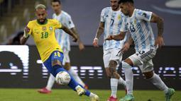 Brasil mendominasi permainan pada awal babak pertama. Peluang pertama diciptakan dari kerjasama Neymar dan Richarlison di dalam kotak pinalti ketika pertandingan berjalan 12 menit. Sayangnya bola hasil sepakannya masih dapat ditepis oleh kiper Argentina, Otamendi. (Foto: AFP/Carl De Souza)