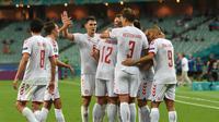 Para pemain Timnas Denmark merayakan gol kedua lewat Kasper Dolberg saat melawan Timnas Republik Ceska di perempat final Euro 2020 di Baku Olympic Stadium, Baku, Azerbaijan, Sabtu (3/7/2021). (AFP/OZAN KOSE).