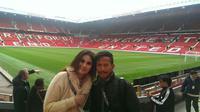 Pelatih Persib Bandung Djadjang Nurdjaman bersama putrinya Marlina Nurdjaman di Stadion Old Trafford