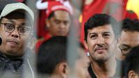 Pelatih Persebaya, Alfredo Vera, saat menonton laga Timnas Indonesia U-19. (Bola.com/Aditya Wany)