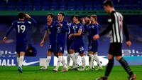 Pemain Chelsea merayakan gol Timo Werner ke gawang Newcastle United pada menit ke-39 dalam laga pekan ke-24 Premier League, Selasa (16/2/2021) dini hari WIB. The Blues pun menang 2-0 pada laga tersebut. (AFP/POOL/Adrian Dennis)