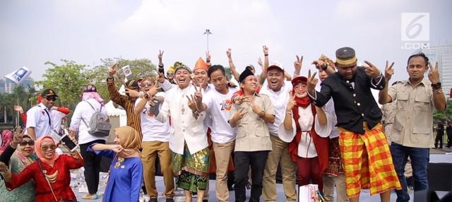 Para relawan dan pendukung pasangan capres-cawapres Joko Widodo (Jokwoi)-Ma'ruf Amin dan Prabowo Subianto-Sandiaga Uno turut meramaikan kawasan Monas, tempat kampanye damia berlangsung.