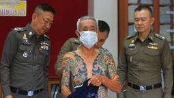 Shigeharu Shirai saat konferensi pers di kantor polisi di Lopburi, Thailand, Kamis, (11/1). Mantan bos sindikat kriminal Jepang atau Yakuza ini ditangkap tim SWAT pada Rabu (10/1) di kawasan pasar Lopburi, Thailand, saat dia sedang berbelanja. (AP Photo)