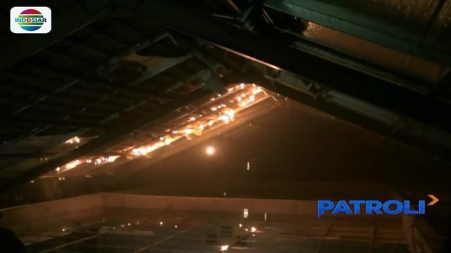 Dua ruang kelas di SDN 07 dan 08 Utan Kayu Utara, Matraman, terbakar lantaran atap plafon tersambar petir.