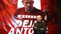 Dejan Antonic saat dikenalkan secara resmi sebagai pelatih baru Madura United musim 2019 di Surabaya, Minggu (13/1/2019). (Bola.com/Aditya Wany)