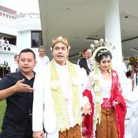 Pasangan pengantin baru Ardina Rasti dan Arie Dwi Andhika tengah berbahagia lantaran resmi menjadi suami-istri. Di sisi lain, ada yang mengejutkan dan mengganjal di telinga para hadirin, terutama para media yang meliput. (Daniel Kampua/Bintang.com)