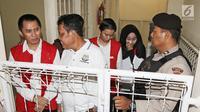 Terdakwa bos First Travel, Andika Surachman, Anniesa Hasibuan dan Siti Nuraidah alias Kiki bersiap memasuki ruang sidang di Pengadilan Negeri Depok, Senin (5/3). Ketiganya bakal mendengarkan keterangan saksi enam orang saksi (Liputan6.com/Herman Zakharia)