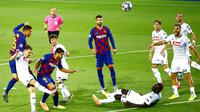 Pemain Barcelona, Clement Lenglet, mencetak gol ke gawang Napoli pada laga Liga Champions di Stadion Camp Nou, Sabtu (8/8/2020). Barcelona menang 3-1 atas Napoli. (AP/Joan Monfort)