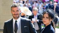 Senyum mantan pemain sepak bola Inggris, David Beckham dan sang istri Victoria Beckham saat menghadiri pernikahan Pangeran Harry dan Meghan Markle di St. George's Chapel, Kastil Windsor, Inggris, Sabtu (19/5). (IAN WEST/POOL/AFP)