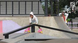 Salah satu anak mencoba bermain sepatu roda di area RTH Kalijodo, Rabu (20/6). Banyaknya pilihan permainan buat anak-anak menjadikan RTH Kalijodo memiliki daya tersendiri untuk menghabiskan waktu libur bersama keluarga. (Lipiutan6.com/Helmi Fithriansyah)
