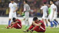 Bek timnas indonesia, Gavin Kwan Adsit, tampak lesu usai dikalahkan Malaysia pada laga semifinal Sea Games 2017 di Stadion Shah Alam, Selangor, Sabtu (26/8/2017). Malaysia menang 1-0 atas Indonesia. (Bola.com/Vitalis Yogi Trisna)