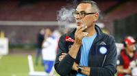 Maurizio Sarri merokok sebelum laga antara Napoli vs Sampdoria di Stadion San Paolo.  Pria kelahiran kota Napoli pada 10 Januari 1959 ini memegang Napoli selama 3 musim sejak 2015. ( AFP/Carlo Hermann )