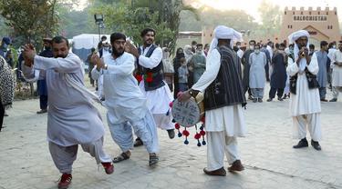 Para seniman menampilkan pertunjukan saat Festival Lok Mela di Islamabad, ibu kota Pakistan, pada 8 November 2020. Festival tersebut menyediakan panggung bagi para perajin untuk memamerkan karya seni mereka dan para seniman rakyat untuk menggelar pertunjukan mereka. (Xinhua/Ahmad Kamal)