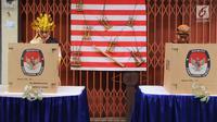 Petugas KPPS menggunakan hak pilihnya pada pelaksanaan Pilkada Serentak 2018 di TPS XII Kelurahan Sei Mati, Kecamatan Medan Maimun, Rabu (27/6). Baju adat dari berbagai daerah dan suku tampak dikenakan oleh petugas TPS. (Liputan6.com/Reza Perdana)
