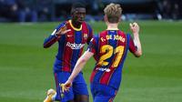 Penyerang Barcelona, Ousmane Dembele, melakukan selebrasi usai mencetak gol ke gawang Real Betis pada laga La Liga di Stadion Camp Nou, Sabtu (7/11/2020). Barca menang dengan skor 5-2.(AP/Joan Monfort)