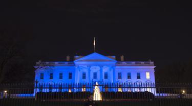 Gedung Putih dihiasi cahaya warna biru untuk menandai Hari Kesadaran Autisme Sedunia atau World Autism Awareness Day, di Washington, DC, Minggu (2/4). Tanggal 2 April adalah Hari Kesadaran Autisme Sedunia. (SAUL LOEB / AFP)