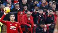 Caretaker Manchester United Ole Gunnar Solskjaer memberi instruksi pada laga Liga Inggris melawan Huddersfield Town Old Trafford, Rabu (26/12/2018). (Martin Rickett/PA via AP)