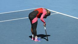 Reaksi petenis AS, Serena Williams usai kalah dari Naomi Osaka dari Jepang pada semifinal kejuaraan tenis Australia Terbuka di Melbourne, Australia, Kamis (18/2/2021). Naomi akan bertemu pemenang Jennifer Brady dan Karolina Muchova dalam perebutan gelar Australia Open 2021. (AP Photo/Hamish Blair)