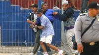 Bentrokan antarkelompok suporter Persik dan PSIM pada laga Liga 2 2019 di Stadion Brawijaya Kota Kediri, Senin (2/9/2019), menelan puluhan korban luka-luka. (Bola.com/Gatot Susetyo)