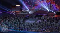 Ribuan penari menampilkan tarian kolosal pada pesta penutupan PON XIX 2016 di Stadion Gelora Bandung Lautan Api, Kamis (29/9). Penutupan PON XIX 2016 dihadiri Wakil Presiden Jusuf Kalla. (Liputan6.com/Helmi Fithriansyah)
