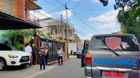 Mobil ambulans dari Dinkes Sumsel terparkir tepat d depan rumah anak bungsu Akidi Tio, Heriyanti, di Jalan Tugu Mulyo Palembang Sumsel (Liputan6.com / Nefri Inge)