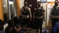 Berada di ruangan SPKT Polda NTT, empat remaja kota kupang terlibat prostitusi online diperikas petugas. (Foto Istimewah)
