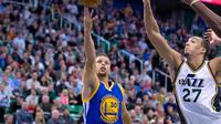 Guard Golden State Warriors, Steven Curry, melakukan layup saat bertemu Utah Jazz di Vivint Smart Home Arena, Salt Lake City, Selasa (1/12/2015) pagi WIB. Dalam laga ii Warriors menang tipis 106-103.(USA Today/Russ Isabella)