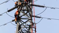 Suasana perbaikan Menara Sutet di Jalan Asia Afrika, Jakarta, Rabu (12/8/2015). Pekerjaan tersebut mengandung resiko besar karena jaringan listrik masih dipelihara tanpa dipadamkan. (Liputan6.com/Helmi Afandi)