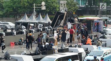 Suasana gladi resik malam puncak HUT Ke-492 Kota Jakarta di panggung hiburan, Bundaran HI, Jakarta, Jumat (21/6/2019). Gladi resik HUT Jakarta dilakukan penutupan dan pengalihan ruas jalan mulai pukul 14.00 sampai 20.00 WIB. (Liputan6.com/Immanuel Antonius)