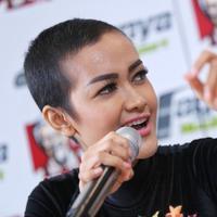 Penyanyi dangdut Julia Perez kembali meramaikan industri musik Tanah Air. Dengan menggandeng musisi Maia Estianty, Jupe menggeluarkan album baru yang berjudul 'The Best of Julia Perez'. (Adrian Putra/Bintang.com)