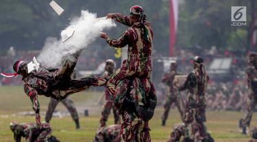 Prajurit Kopassus melakukan aksi ketangkasan saat peringatan HUT ke-67 Kopassus di Markas Kopassus, Cijantung, Jakarta, Rabu (24/4). Acara HUT Kopassus dimeriahkan sejumlah aksi demonstrasi unjuk kekuatan koprs Baret Merah ini, seperti beladiri, dan ketangkasan fisik. (Liputan6.com/Faizal Fanani)