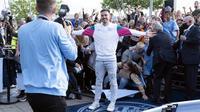 Pemain baru Manchester City, Jack Grealish berpose saat diperkenalkan di Stadion Etihad, Senin (9/8/2021). Manchester City memecahkan ekor transfer Inggris dengan mendatangkan Jack Grealish dari Aston Villa dengan harga £100 juta ($139 juta). (AP Photo/Jon Super)