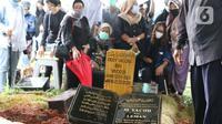 Kerabat menyaksikan pemakaman jenazah mantan penggawa Timnas Indonesia, Ricky Yacobi di TPU Tanah Kusir, Jakarta, Sabtu (21/11/2020). Ricky Yacobi meninggal dunia pada Sabtu (21/11). Ricky Yacobi merupakan striker andalan Timnas Indonesia era 1980 hingga 1990 an. (Liputan6.com/Helmi Fithriansyah)