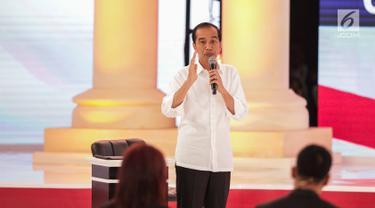 Calon presiden nomor urut 01 Joko Widodo atau Jokowi memberi paparannya dalam debat kedua Pilpres 2019 di Hotel Sultan, Jakarta, Minggu (17/2). Debat bertema energi, pangan, infrastruktur, SDA, dan lingkungan hidup. (Liputan6.com/Faizal Fanani)