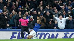 Pemain Everton Mason Holgate berebut bola dengan pemain Chelsea Mason Mount saat bertanding pada laga Liga Inggris di Goodison Park, Liverpool, Inggris, Sabtu (7/12/2019). Everton menang 3-1. (Nigel French/PA via AP)