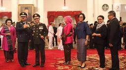 Marsekal Hadi Tjahjanto (kedua kiri) bersama Kapolri Jenderal Tito Karnavian usai upacara pelantikan sebagai Panglima TNI di Istana Negara, Jakarta, Jumat (8/12). Hadi Tjahjanto mengantikan Gatot Nurmantyo. (Liputan6.com/Angga Yuniar)