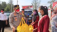 Polres Pemalang mendistribusikan bansos dari Alumni Akpol 1993 Batalyon Pesat Gatra kepada warga terdampak Covid-19 di Kabupaten Pemalang. (Foto: Liputan6.com/Humas Polres Pemalang)