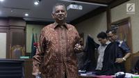 Terdakwa kasus dugaan suap proyek PLTU Riau-1 yang juga mantan Dirut PLN, Sofyan Basir saat jeda sidang lanjutan di Pengadilan Tipikor, Jakarta, Senin (15/7/2019). Sidang beragendakan mendengar keterangan saksi-saksi. (Liputan6.com/Helmi Fithriansyah)